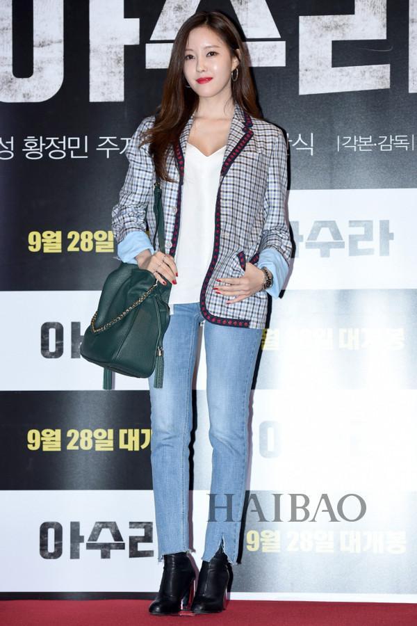 T-ara组合成员朴孝敏身着Gucci格纹西服现身电影《阿修罗》的VIP试映式