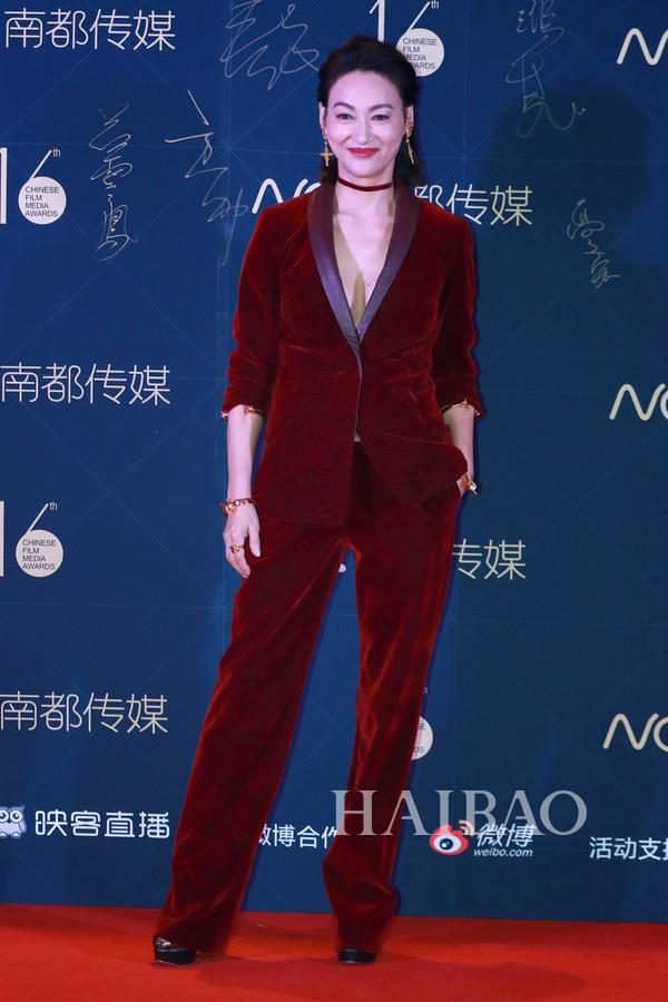 惠英红现身第16届华语电影传媒盛典红毯